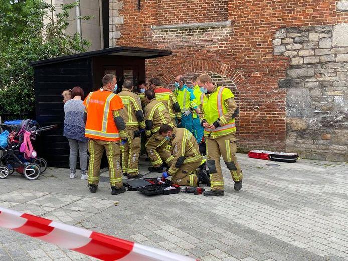 De brandweer en ambulanciers snelden de jongen ter hulp op de Grote Markt in Kortrijk.