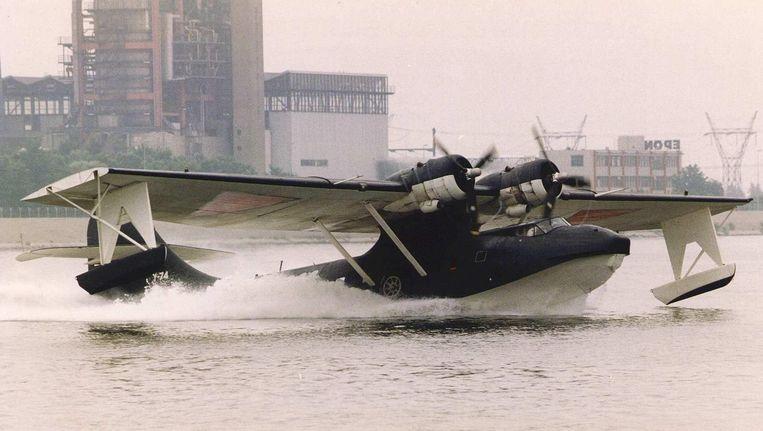 Een historische Catalina-vl landt op het IJsselmeer. Beeld anp