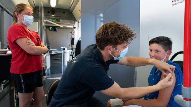 In de rij voor een vaccinatie in Hedel op eerste dag van de GGD-prikbus in de Bommelerwaard