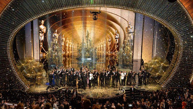 De cast van Spotlight op het podium tijdens de uitreiking van de Oscars. Beeld afp