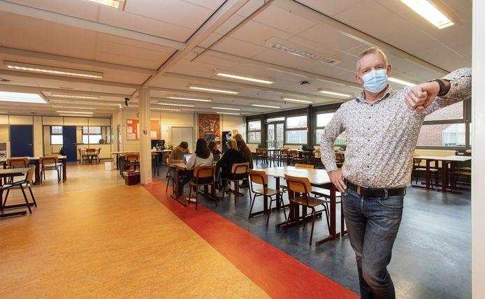 Ruud te Marvelde in verbouwd klaslokaal voor Talentgericht onderwijs. Op achtergrond onderwijsassistent Inge Piek bij een groepje leerlingen.