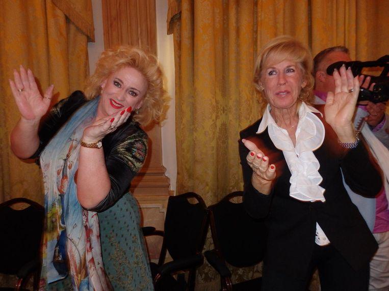 De comédiennes Joke Bruijs (r) en Karin Bloemen: 'Op hoge hakken sta je hoger op je voorvoet. Mannen vinden dat aantrekkelijk en daar spelen wij mee' Beeld Schuim