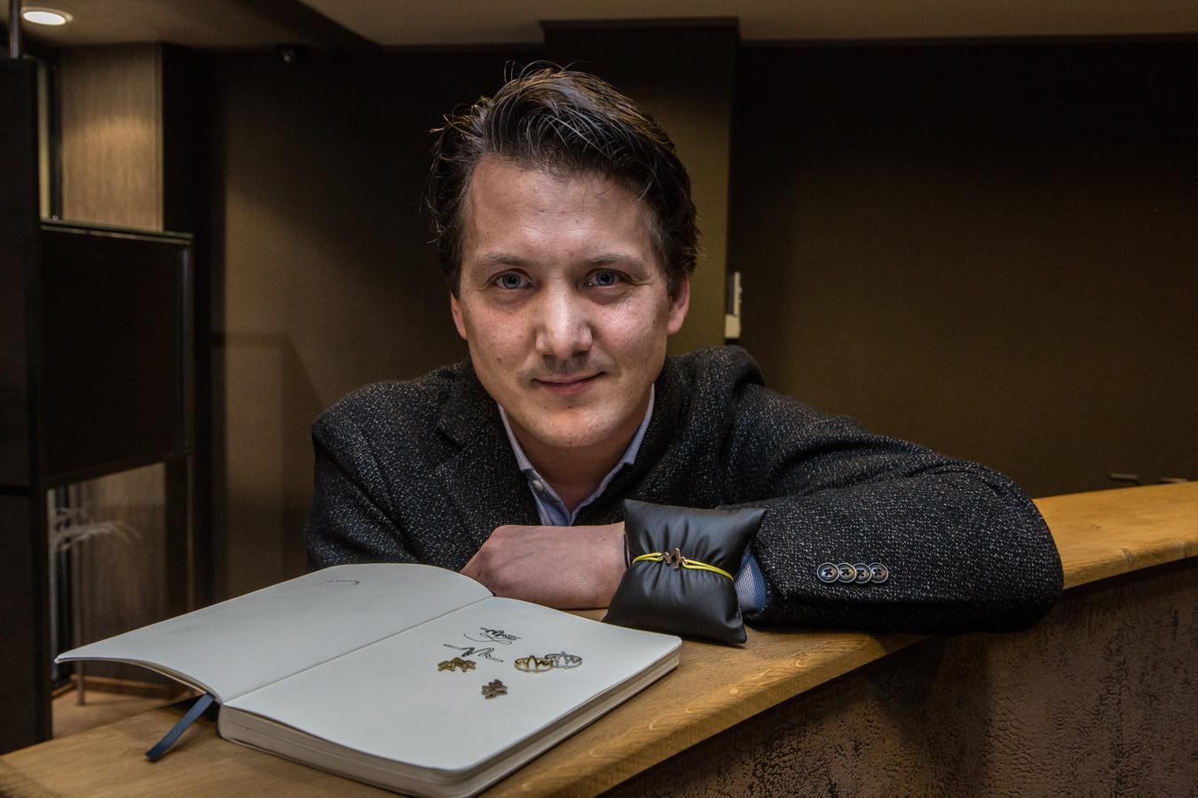 Julien De Maere in zijn zaak met enkele Gent-juwelen.