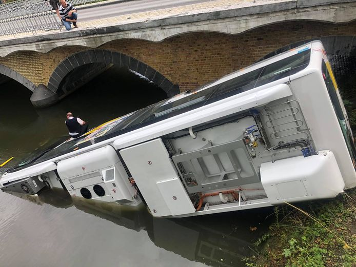 De chauffeur bleef op zijn bus wachten op de hulpdiensten