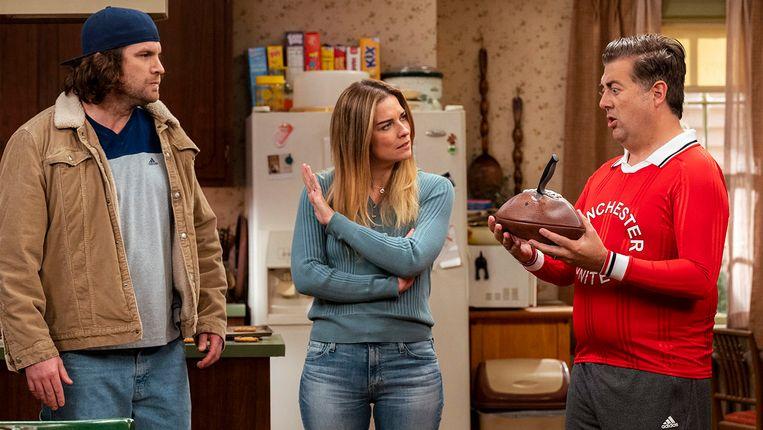 Alex Bonifer (Neil), Annie Murphy (Allison) en Eric Petersen (Kevin) in 'Kevin Can F*** Himself'. Beeld Jojo Whilden/AMC