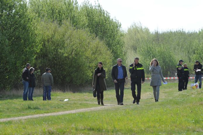 Politie en rechercheurs doen onderzoek bij de plaats delict.