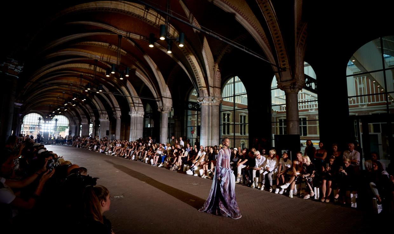 Moam Collective onder het Rijksmuseum. De modeshows trokken veel aandacht.