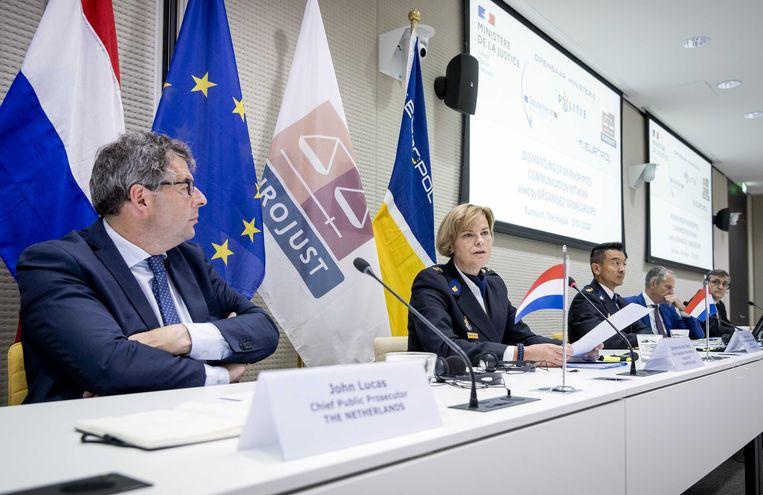 John Lucas (hoofdofficier van justitie Landelijk Parket) en Jannine van den Berg (politiechef Landelijke Eenheid) tijdens een persconferentie op het kantoor van Eurojust. Beeld ANP