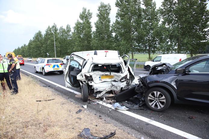 Op de A12 bij Deil zijn vanavond vier auto's op elkaar gebotst. Tenminste een bestuurder is hierbij gewond geraakt.