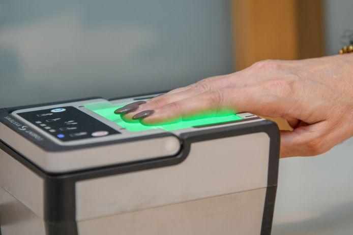 Schepen Claudine De Waele (Open Vld) demonstreert het toestel dat de vingerafdruk registreert.