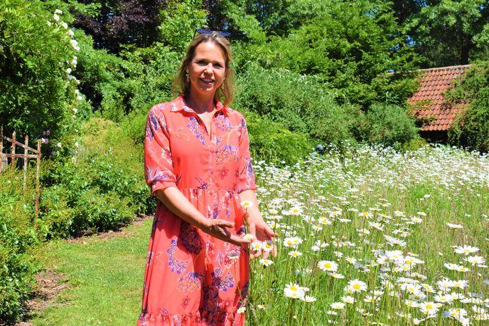 Birgit Rouseré geniet van de bloemen op domein Bijsterveld in Oosteeklo.