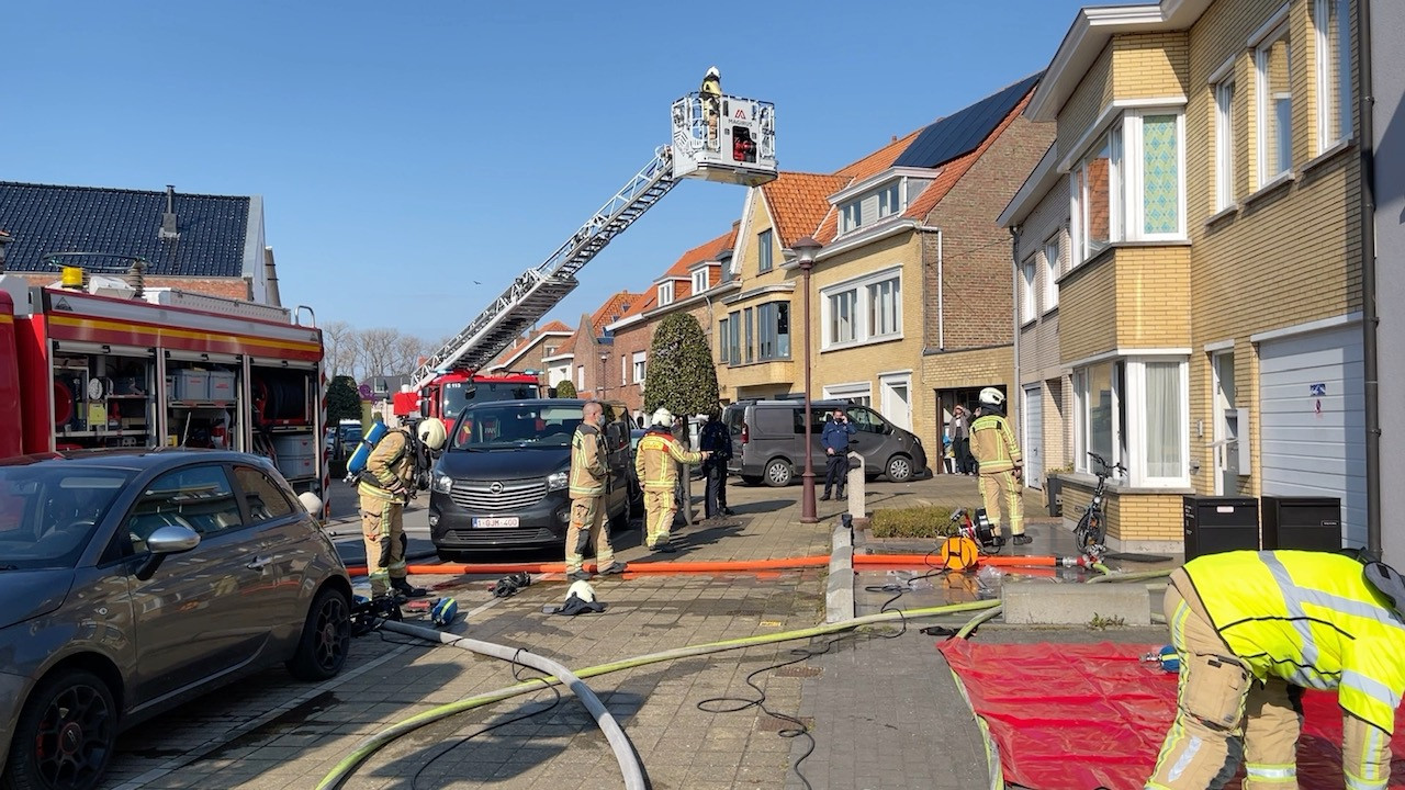 De brandweer bestrijdt een woningbrand in de Baron van Caloenlaan De Haan.