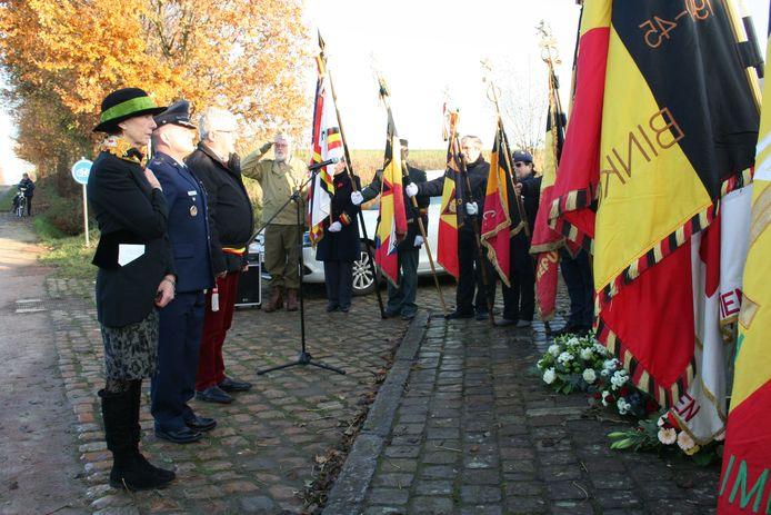 Er werden bloemen neergelegd door voorzitter Carine Puttevils, kolonel Jason Gingrich en burgemeester Jean-Pierre Taverniers.