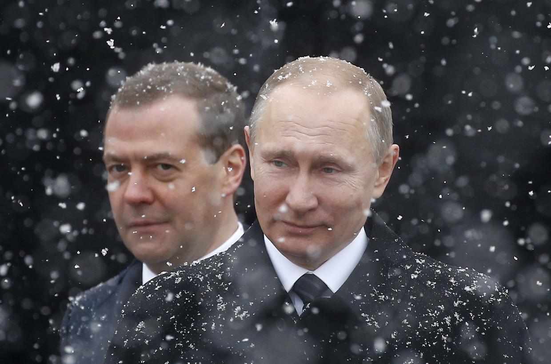 Russisch president Vladimir Poetin, met in de achtergrond afscheidnemend premier Dmitri Medvedev.