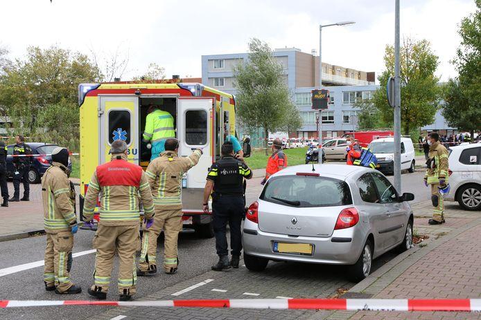 Het slachtoffer zakte op de P.J. Troelstralaan naast de grijze Renault Clio in elkaar en werd met spoed overgebracht naar het ziekenhuis.
