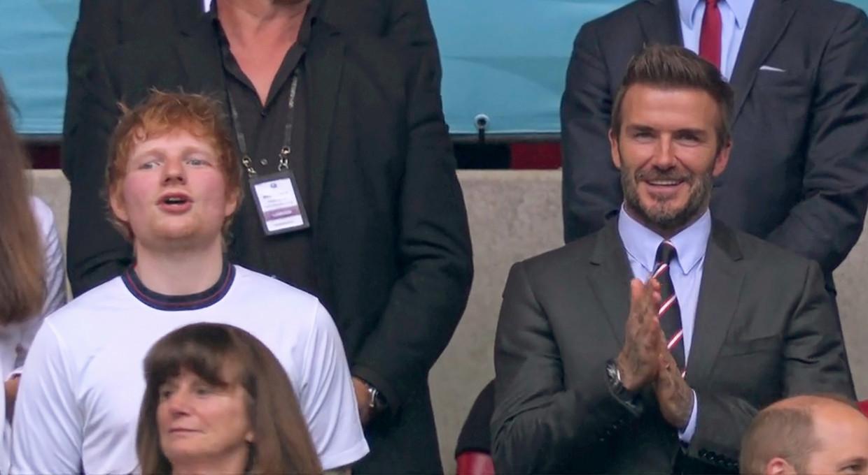 De Britse zanger Ed Sheeran naast David Beckham in de tribune op Wembley. Beeld ISOPIX