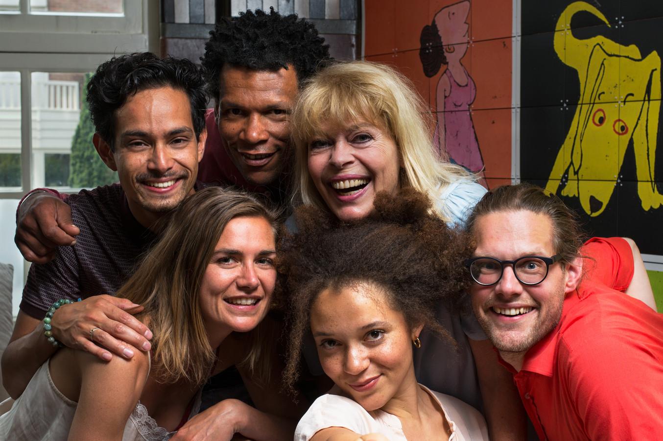 Een deel van de cast van 'De familie van Nielie' van jeugdtheatergroep Kwatta. Bovenste rij (vlnr): Roben Mitchell, Gustav Borreman, Lieneke le Roux. Onderste rij: Marieke van Leeuwen, Jade Olieberg, Joost Dekker.