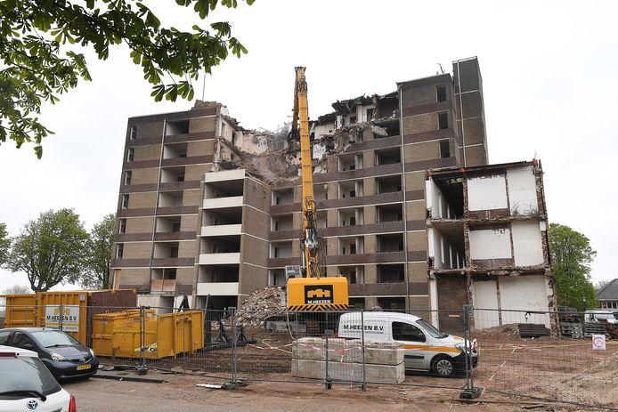 Het bovenste verdiepingen van de voormalige Maaszichtflat gaan eraf.  Foto: Ed van Alem