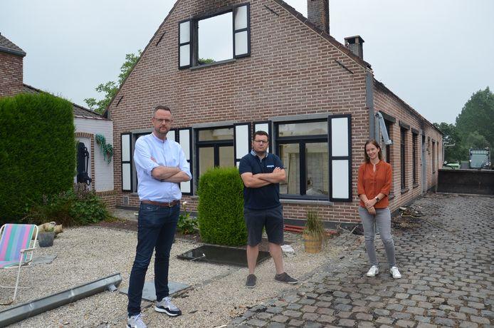 Hans Vandendriessche, Jeroen Wiggeleer en Leen Wijnant uit Denderhoutem waren samen met de andere buren '#AtomSolidair' gestart voor Raf en Marleen, die hun huis verloren door een brand.