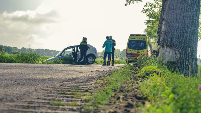 Eén van de voertuigen belandde na de botsing via een boom in de sloot.