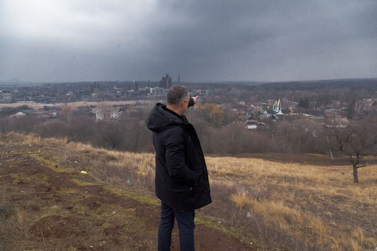 Nikolaj Lenko, burgemeester van Novgorodske, met zicht op vijandig gebied. Beeld Vadym Farion