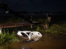 Automobilist raakt van de weg en belandt in het water bij Rouveen