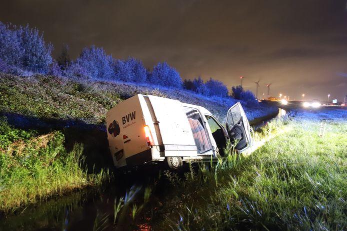 De bestelbus die vol zat met medicijnkratten belandde in de sloot langs de A15.