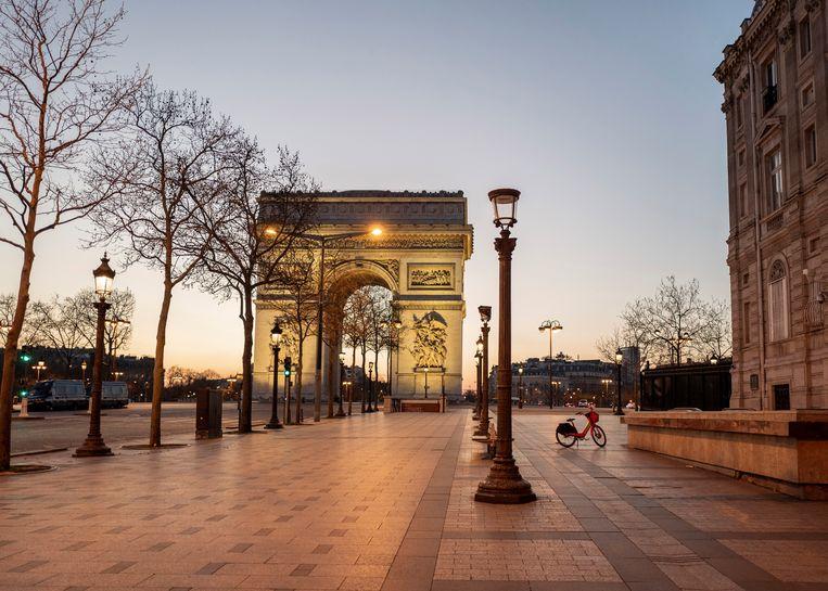 Een lege Champs Elysees in Parijs. Ook in de Franse hoofdstad geldt een avondklok.  Beeld AP