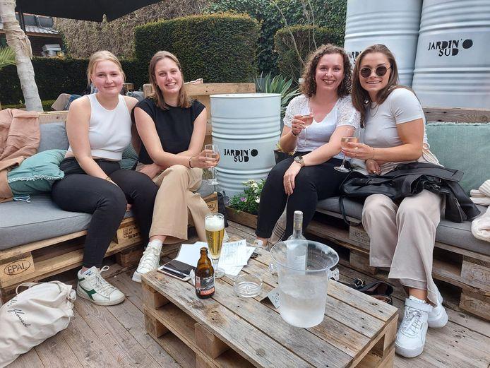 Heropening terrassen lokt Poperingenaars uit hun kot: Finn Plancke, Emma Masson, Suzanah Theeten en Louise Maekelberg