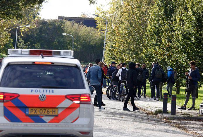 Scholieren van het Lodewijk College verzamelden zich vorige week woensdag bij het Beethovenhof in Terneuzen, waarbij de politie een oogje in het zeil hield.
