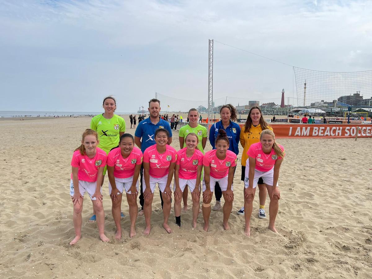 Beach Soccer Zeeland Ladies op het strand bij Scheveningen.