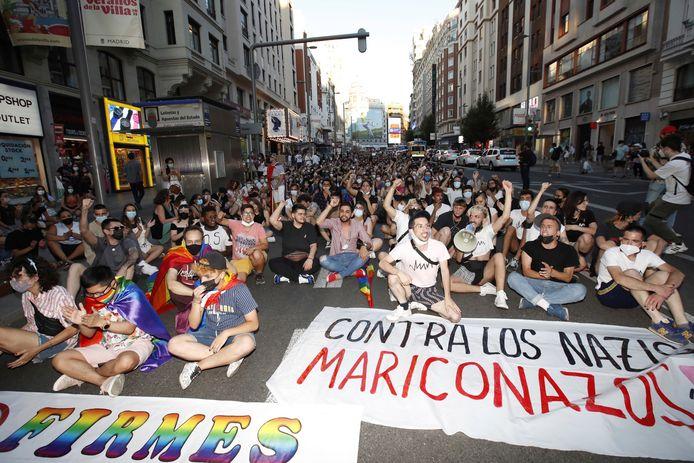 Mensen protesteren tegen homofoob geweld op de Puerta del Sol in Madrid, naar aanleiding van de dood van een jonge homoseksuele man in A Coruña afgelopen weekend.
