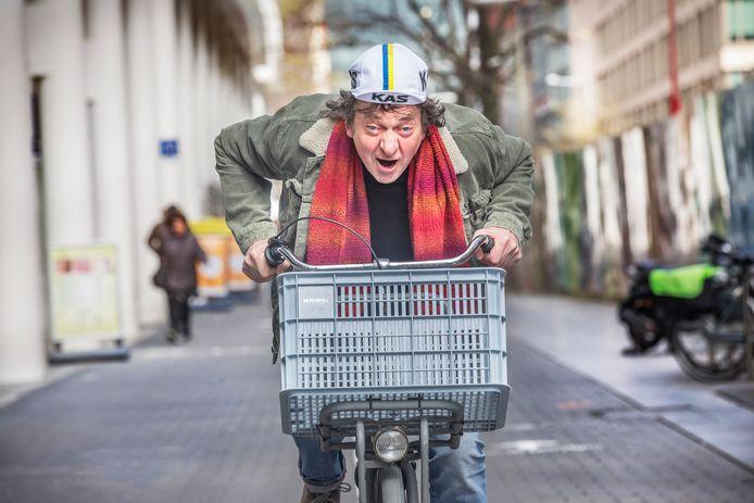 Peter Bos van de HSP demarreert. Zijn partij is het niet eens met hoe het stadsbestuur de Tour de France naar Den Haag probeert te halen. Foto: Frank Jansen