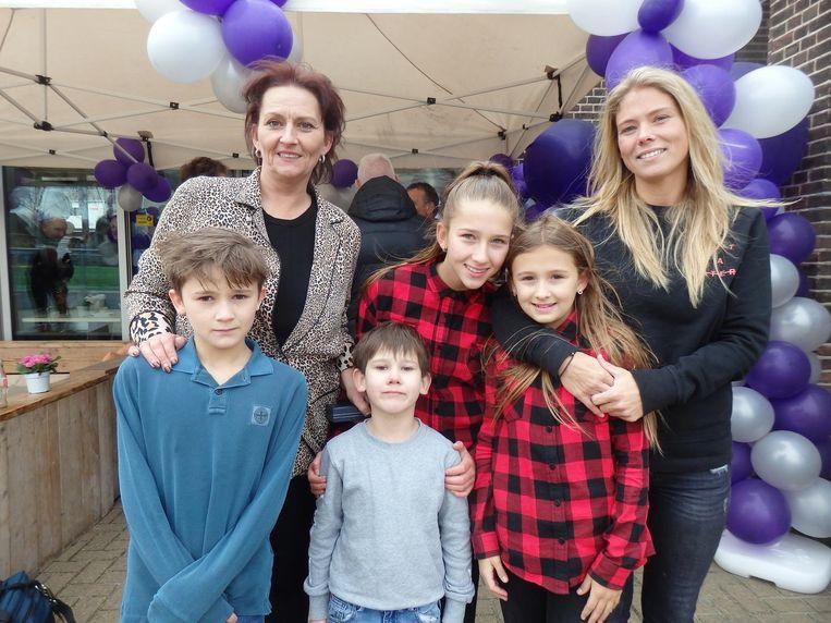 De trotse moeder, kinderen en kleinkind: Fransje, Daniëlle, Dani, Angel, Alex en Antoinetta. Beeld Hans van der Beek