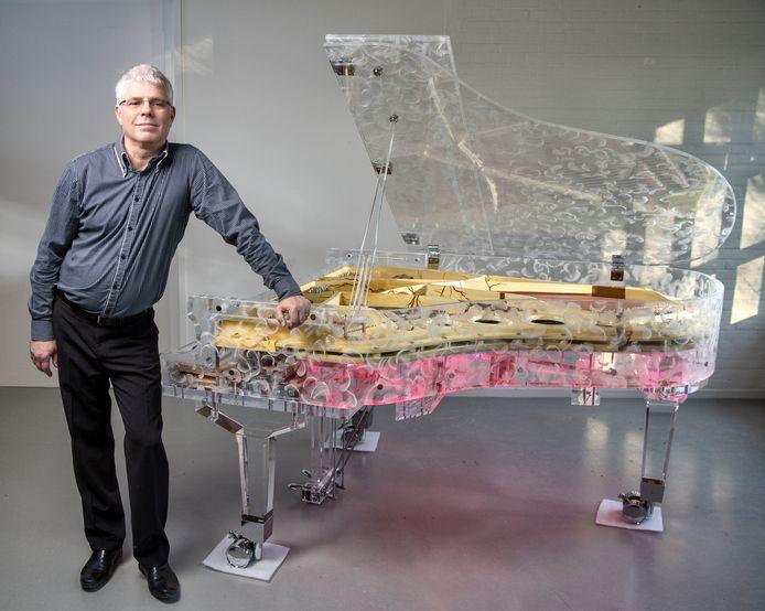 Peter Tol, bouwer van de bijzondere doorzichtige piano.