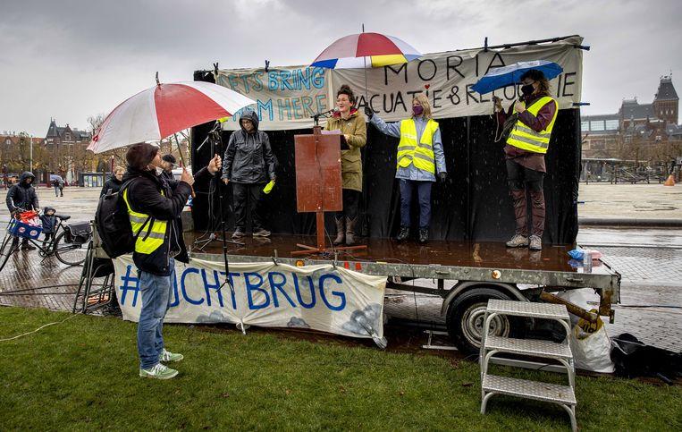 Sanne van der Kooij van SOS Moria tijdens een demonstratie op het Museumplein in Amsterdam. Beeld EPA
