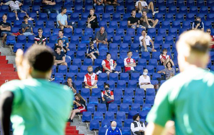 Bij de eerste openbare training van Feyenoord was woensdag het verzoek een mondkapje te dragen. Sommige supporters gaven daar gehoor aan.