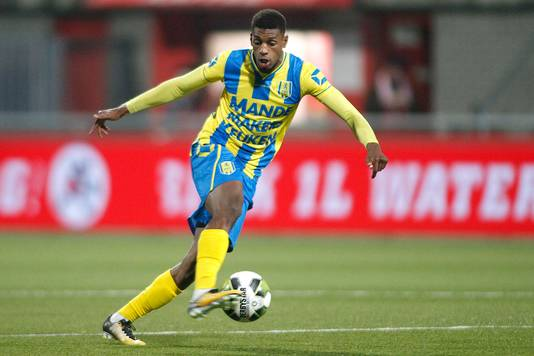 Said Bakari neemt het op tegen het Kameroen van Clarence Seedorf.