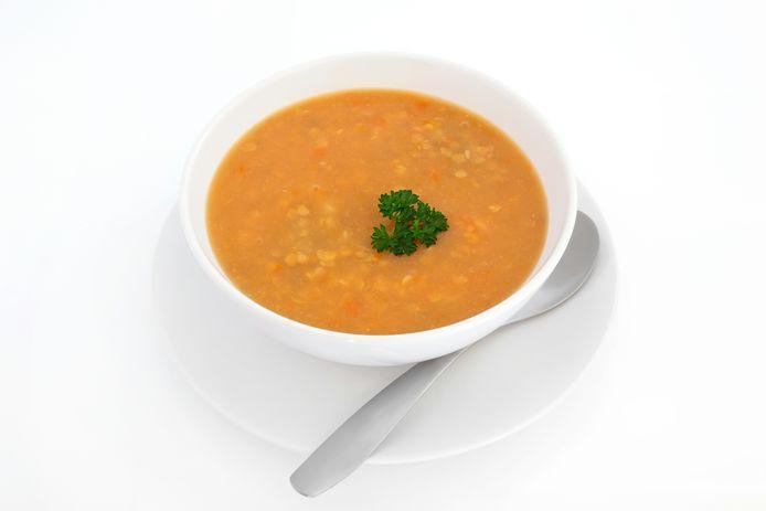 Feta, soep en olijven zijn typische ramadanproducten.<br /><br />Recept Marokkaanse harirasoep: <br />Ingrediënten (6 porties)<br />450 gr lamsvlees, 1 theelepel kurkuma, 1 1/2 theelepel gemalen zwarte peper, 1 theelepel kaneelpoeder,1/4 theelepel gemberpoeder, 1/4 theelepel cayennepeper, 2 eetlepels margarine, 90 gr selderie (in stukjes), 1 ui, gehakt, 1 rode ui, gehakt,  25 gr gehakte verse koriander, 1 blikje tomatenblokjes, 1660 ml water, 145 gr groene linzen, 1 blikje kikkererwten, 110 gr vermicelli, 2 eieren, losgeklopt, 1 citroen, uitgeperst.<br /><br />Bereidingswijze/Voorbereiding: 15min  ›  Bereiding: 2uur30min  ›  Klaar in: 2uur45min. <br />Doe het lamsvlees, kurkuma, zwarte peper, kaneel, gember, cayenne, boter, selderie, ui en koriander in een grote soeppan op een laag vuur. Roer 5 minuten regelmatig door. Doe de tomaten (hou het sap achter) in de pan en laat 15 minuten sudderen. Schenk het tomatensap en het water in de pan en voeg ook de linzen toe. Breng het aan de kook en zet het vuur dan iets lager. Laat de soep afgedekt 2 uur sudderen. Zet 10 minuten voor het einde het vuur middelhoog, doe de kikkererwten en de vermicelli in de soep en laat nog 10 minuten koken (tot de vermicelli al dente is). Roer het citroensap en de eieren erdoor en laat de eieren nog 1 minuut koken.<br /><br />Bron: Allrecipes.nl
