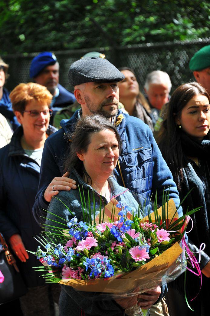 Andries Kaptijn en zijn vrouw Nancy bij de officiële opening van de schaapskooi op het oefenterrein van Defensie, dinsdagmiddag in Oirschot.