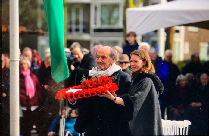 Een overlevende van het bombardement legt met een vertegenwoordigster van de Britse ambassade een krans van klaprozen - 'poppies'- bij het monument in het Bezuidenhout.