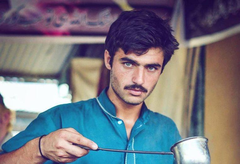 De foto van theeverkoper Arshad Khan die het internet over ging. Beeld Instagram/@jiah_ali