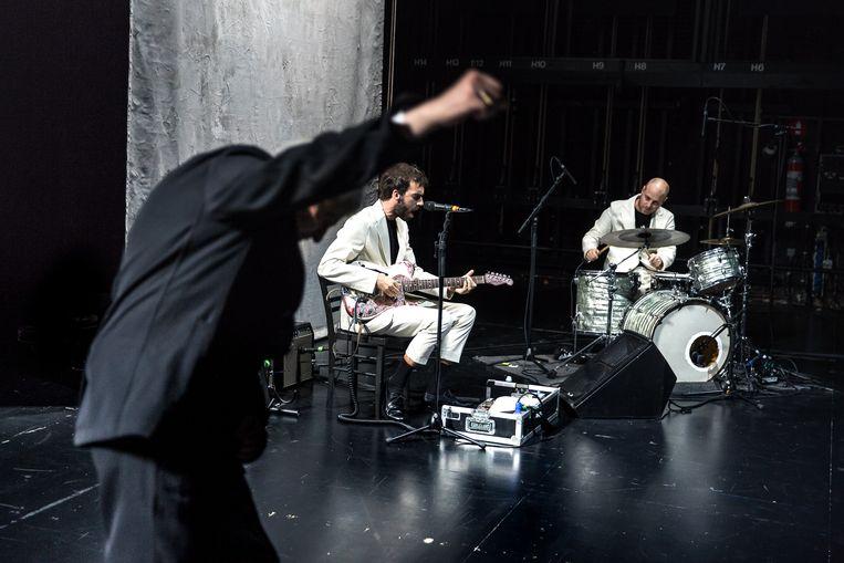 Black Box Revelation mag onderstrepen dat er rock 'n roll aan deze voorstelling kleeft Beeld Danny Willems