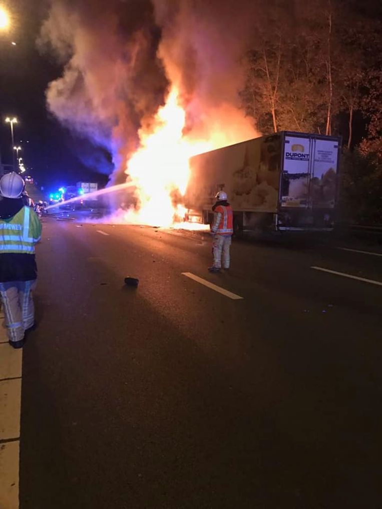De man kon niet ontkomen toen zijn truck vuur vatte na een zware crash. Beeld Brandweerzone Vlaams-Brabant West