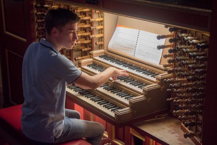 Casper Struijk uit Rijssen eindigde als tweede tijdens een concours voor jonge organisten in de Laurenskerk in Rotterdam.