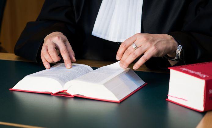 Een rechter met wetboek in de rechtszaal