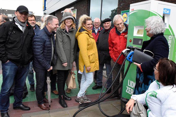 Woerdenaren en gasten uit Steinhagen bekijken elektrische oplaadpunten bij Lidl.