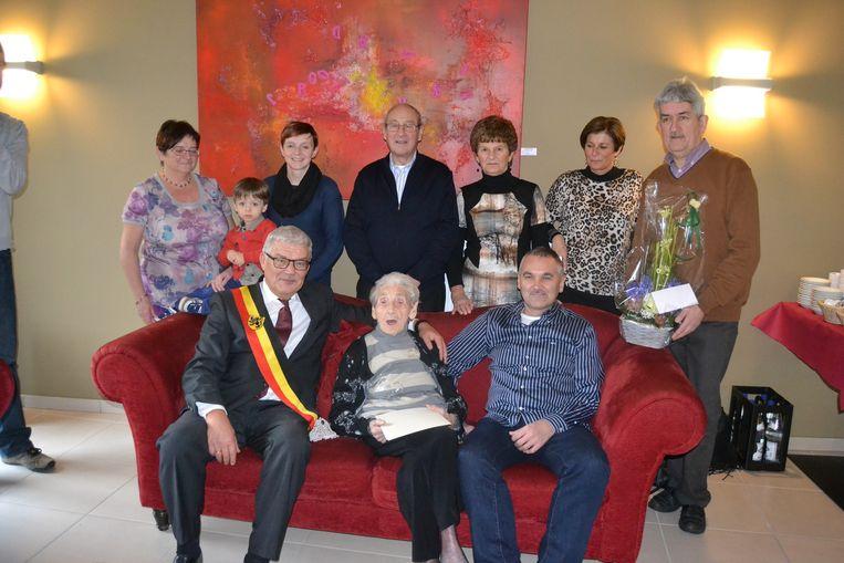 Maria Theys met burgemeester en familieleden.