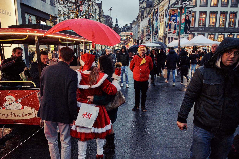 Pakjesjagers in de Antwerpse Meir. Beeld Thomas Nolf