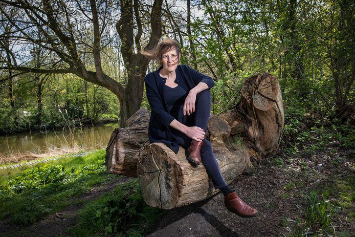 Pauline de Bok is schrijfster en woont gedeeltelijk in de natuur in Oost Duitsland. Ze schreef een nieuw boek: De Poel. Foto Dingena Mol